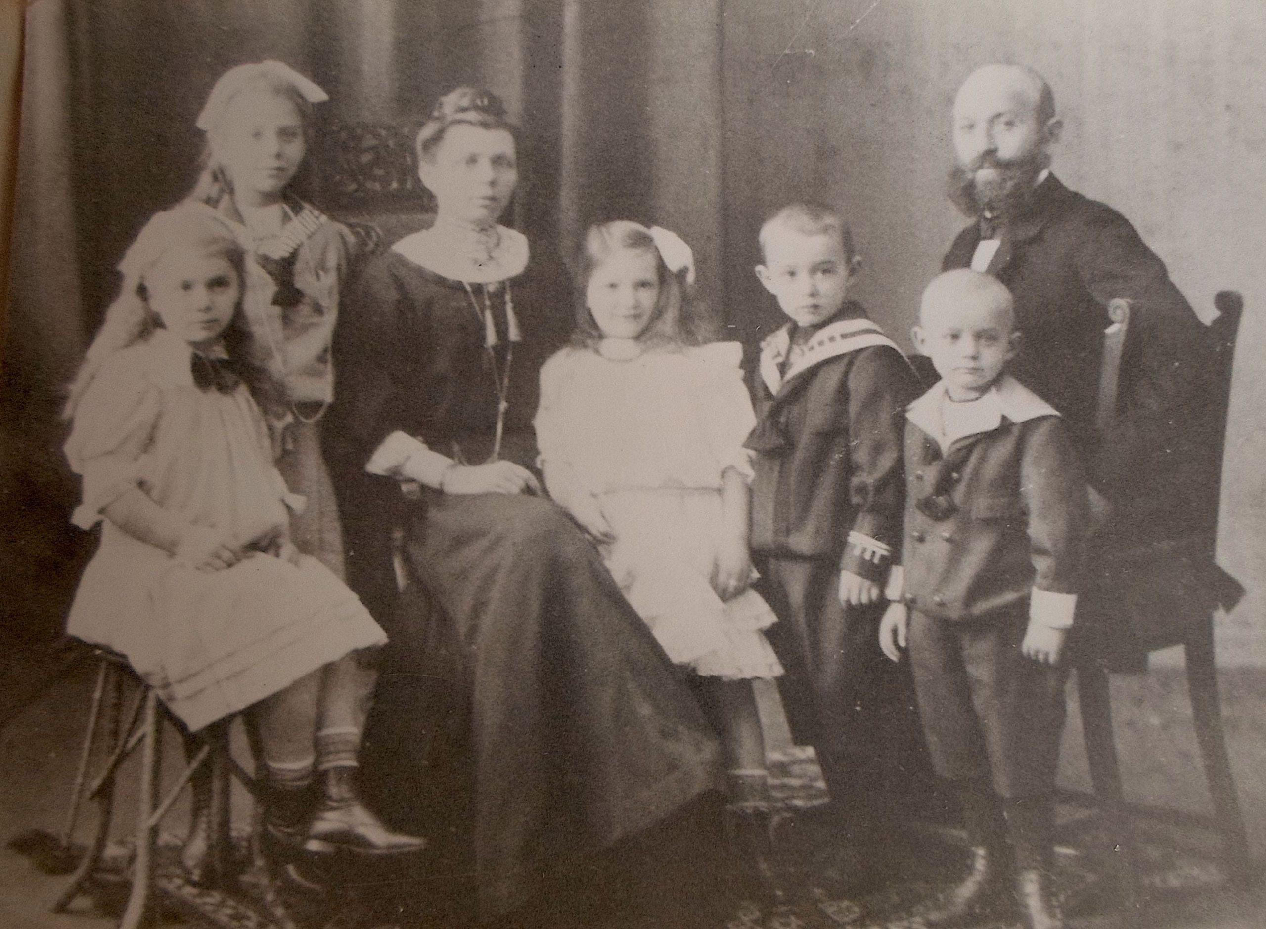 Pfleging family 1909 - Maria Johanna Falkenburg (middle)